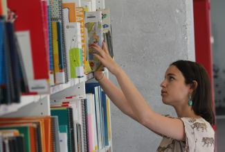 La biblioteca cuenta con puntos de acceso al Catálogo Online
