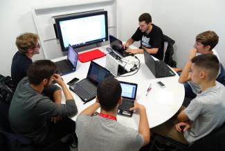 Sala de trabajo en grupo con pantalla de conexión múltiple